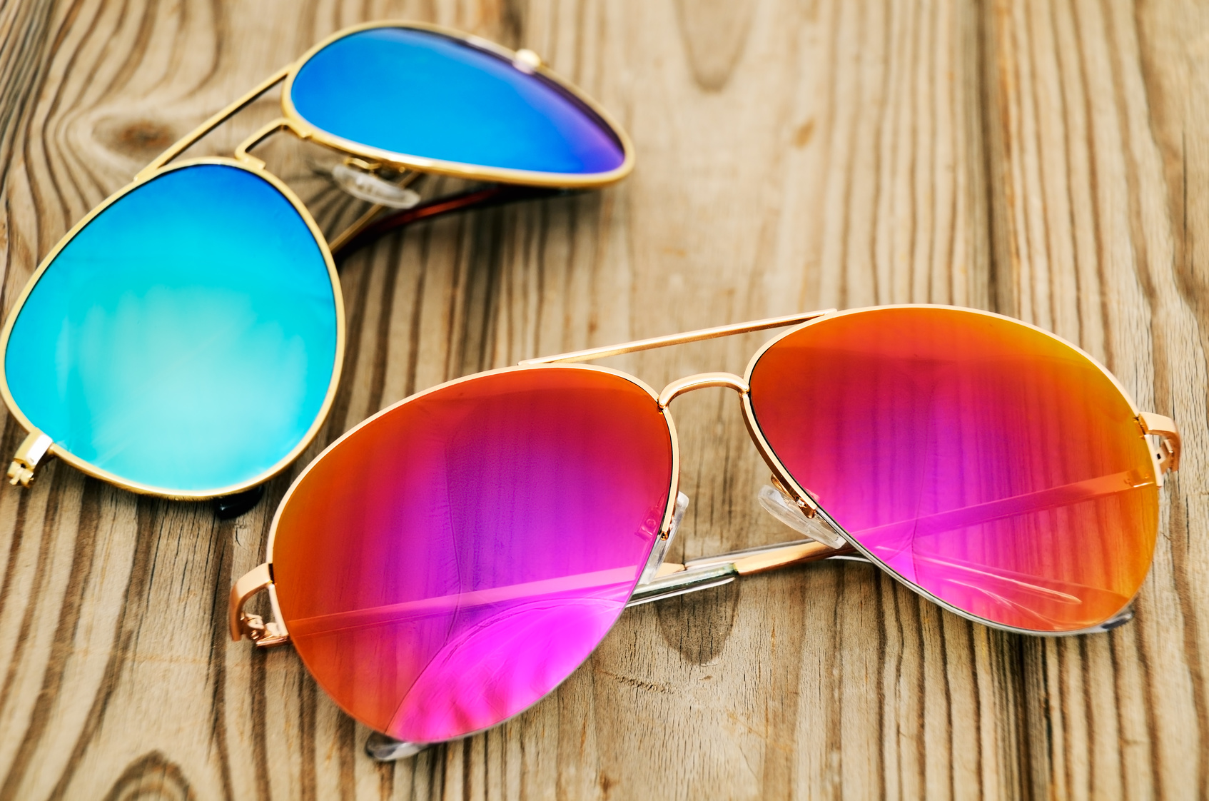 Hinzufügen Glamour in Ihr Aussehen mit den Designer-Sonnenbrillen.